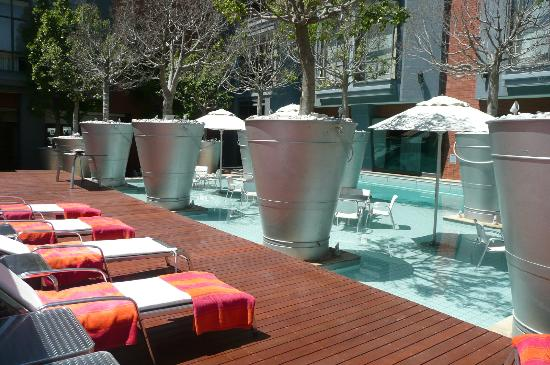 African Pride Melrose Arch Hotel: outside area by the pool / bar /sun bathing area
