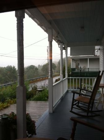 Halladay's Harvest Barn Inn: balcony