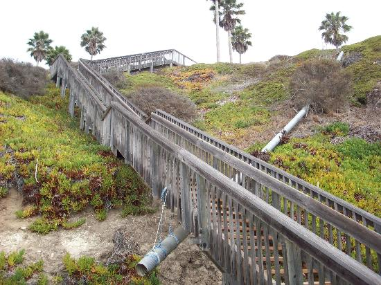Kon Tiki Inn: Staircase leading down to the beach below