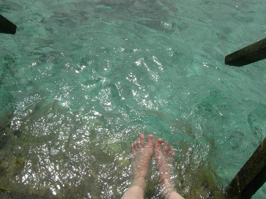 Thulhagiri Island Resort: les pieds dans l'eau sur les escaliers du bungalow