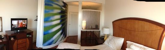 Hotel Indigo Jacksonville Deerwood Park : Panoramic of entry and bedroom area