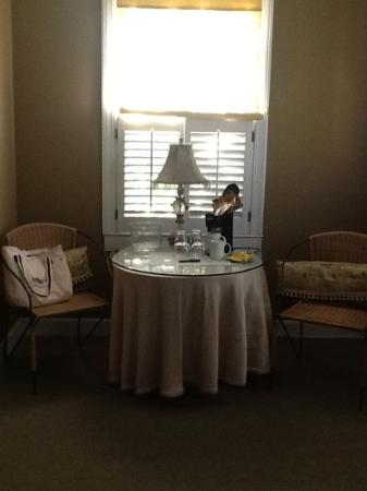 Barksdale House Inn: Steel & Wicker chairs in the sitting area of my room. Ugh!