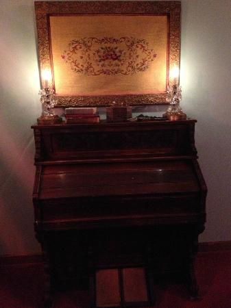 Miller Haus Bed and Breakfast: Lovely old organ in the Cranberry Courting Room