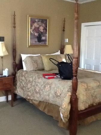 Barksdale House Inn: The bed, at leat was comfy, though poorly made.