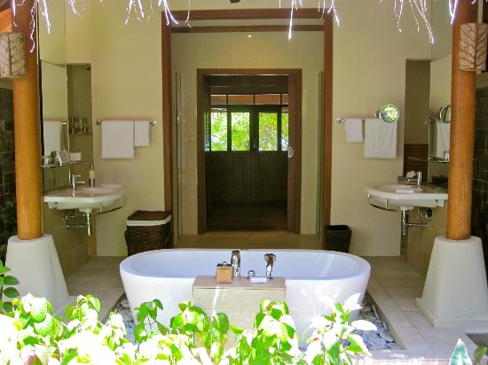 Baros Maldives: Outdoor Bathroom