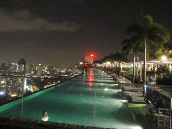 Piscine de nuit photo de marina bay sands singapour for Singapour hotel piscine sur le toit