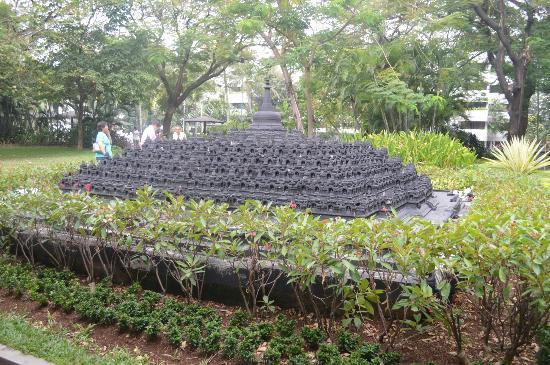 Hotel Borobudur Jakarta: Borobudur temple statue
