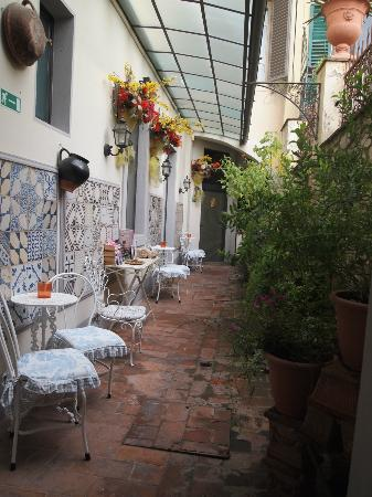 Relais Grand Tour: Patio outside Diva Suite