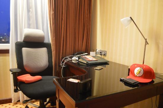 Hotel Borobudur Jakarta: work desk