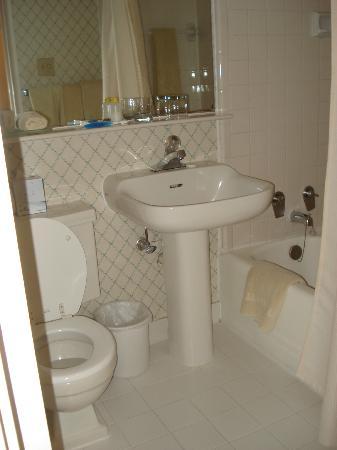 University Inn Washington DC: Bathroom!