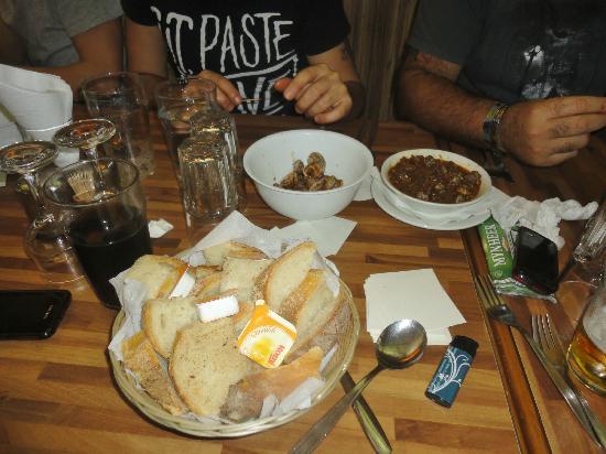 Mgarr United Bar & Restaurant: plenty of bread