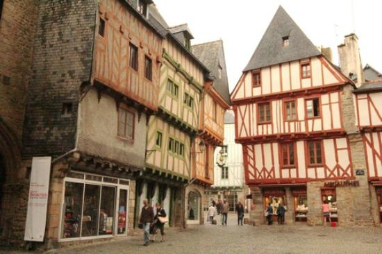 Vannes, Francie: Beautiful wooden houses at Place Henri IV