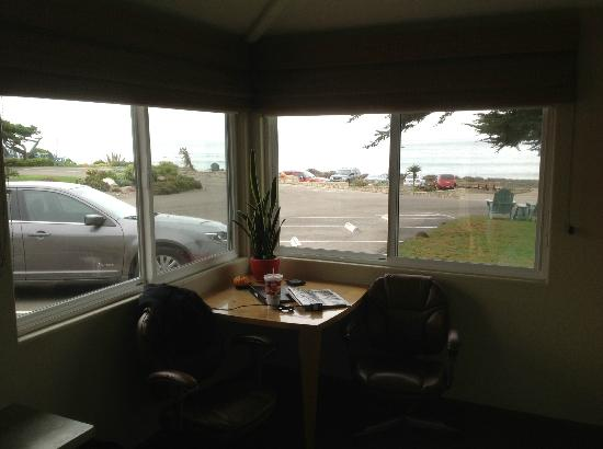 Cambria Shores Inn: Room 25 view- good unless you have many big cars parked out front!