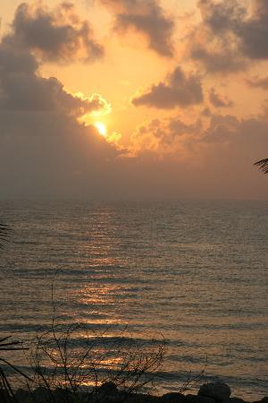 Neemrana's Bungalow on the Beach: восход, вид с терассы