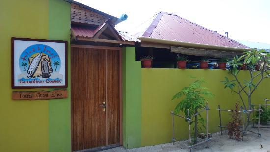 Guraidhoo Corner: Exterior