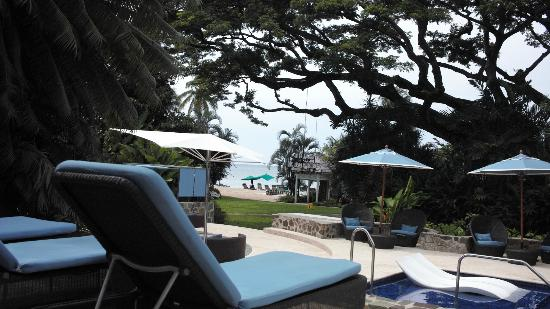 Rendezvous Resort: View of beach from spa pool area