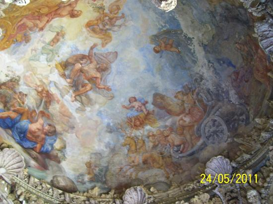 Castello di Montegufoni: Ceiling of the shell alcove