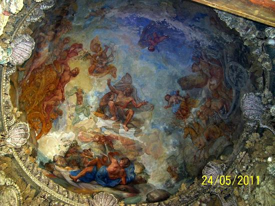 Castello di Montegufoni: Ceiling of the alcove