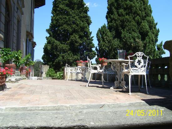 Castello di Montegufoni: Patio outside the business office.