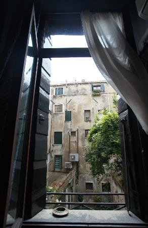 La Porta D'Oriente B&B: View from the bedroom to inner yard