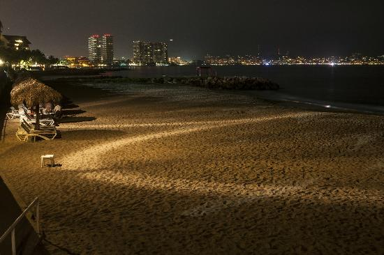 Melia Puerto Vallarta All Inclusive: Toma Nocturna de las instalaciones.