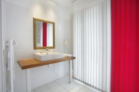 Inter Hotel Le Grillon d'Or: Bathroom