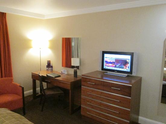 The Westerwood Hotel & Golf Resort - A QHotel: Desk and TV