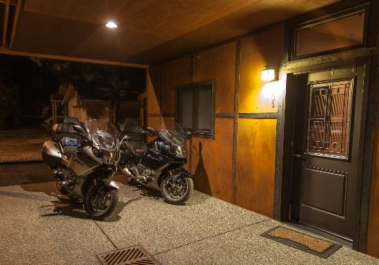 Twisp River Suites: Motorcycles all tucked in under awning