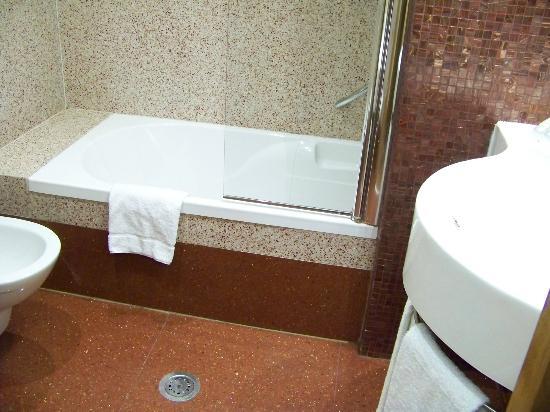 Hilton Garden Inn Rome Claridge: bathroom was roomy and clean