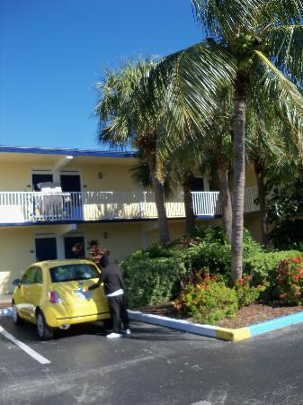 Days Inn Cocoa Beach Port Canaveral: Motel style across from the pier and the beach