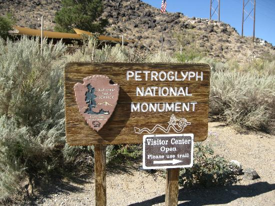 Petroglyph National Monument: entrance to park