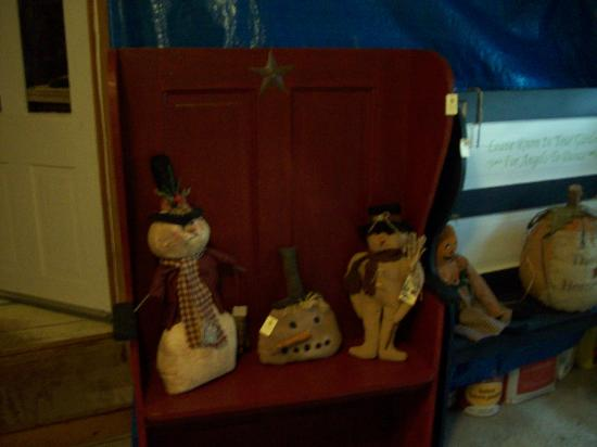 Prairie Path Guest House: Prairie Path Sampler's bench with primitives