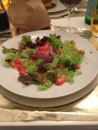 Locanda S.Andrea: Venere rossa..cipolla al forno ripiena di gorgonzola con pomodori e lattughina