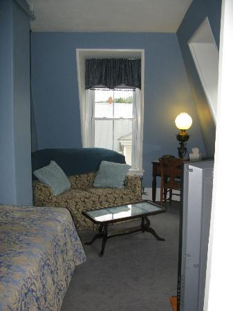 إن فيكتوريا: tv room off bedroom 