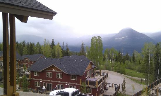 Aspens at Kicking Horse Mountain Resort: View looking down at the other properties below