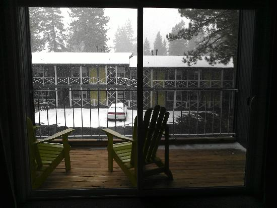 Basecamp Hotel: Snowy view from room.