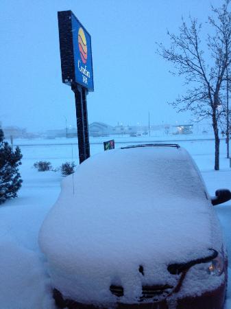 Comfort Inn Swift Current: Parking lot not shoveled