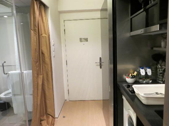 V Causeway Bay Serviced Apartments: entrance and space for standing
