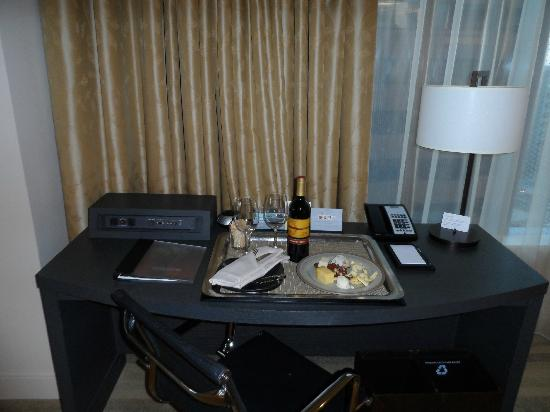 Hyatt At Olive 8: Luxury King Suite - Computer Desk