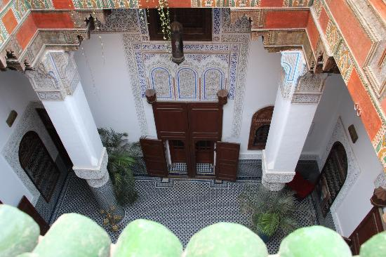 Riad d'Or Hotel: Inner courtyard view from roof