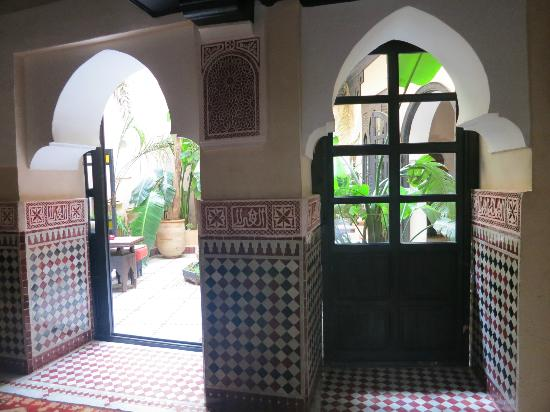 Riad d'Or Hotel: Door to inner garden, next to reception