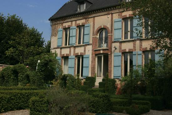 Auprès de L'Église : House and garden