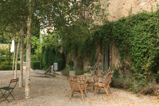 Auprès de L'Église : Peace and quiet in the garden