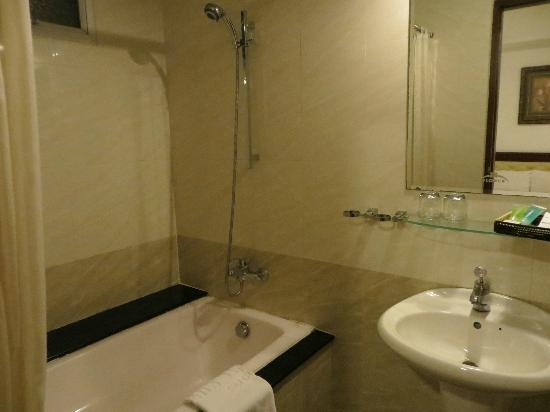 Family Inn Saigon: Bathroom
