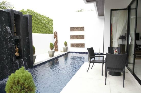 By The Lake Villas: Pool