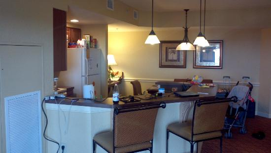 Wyndham Bonnet Creek Resort: Kitchen with bar in front