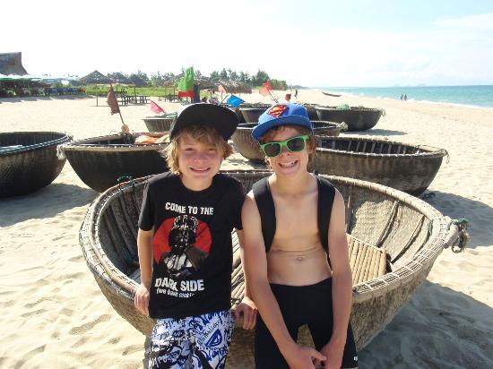 Cua Dai Beach : My boys with the local fishing basket boats