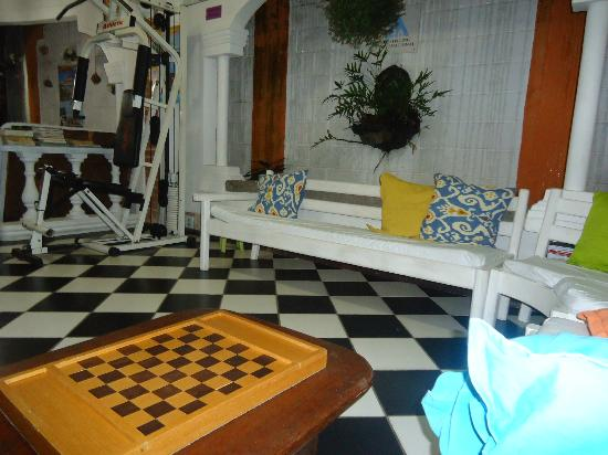 Arraial d'Ajuda Hostel: sala de jogos e TV