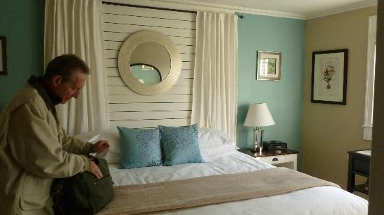 Woods Hole Inn: Interior Rm 2, king bed