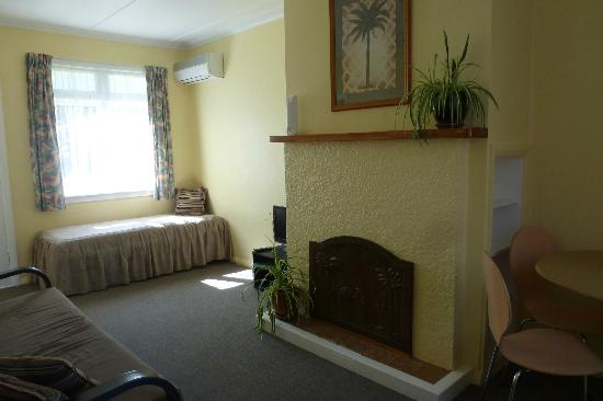 Waiteti Trout Stream Holiday Park: Lounge - I have family with smaller sitting rooms!